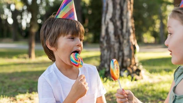 ロリポップを食べるクローズアップの子供たち 無料写真