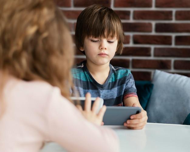 태블릿 및 전화와 근접 아이 무료 사진