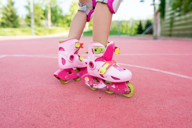 Крупным планом ноги девушки на роликах в парке Premium Фотографии