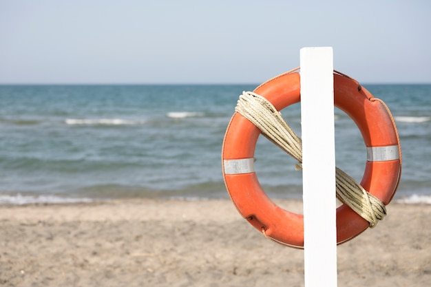 Закройте спасательный круг на пляже Бесплатные Фотографии