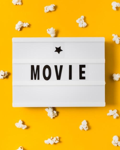 Close-up lightbox con popcorn intorno Foto Gratuite