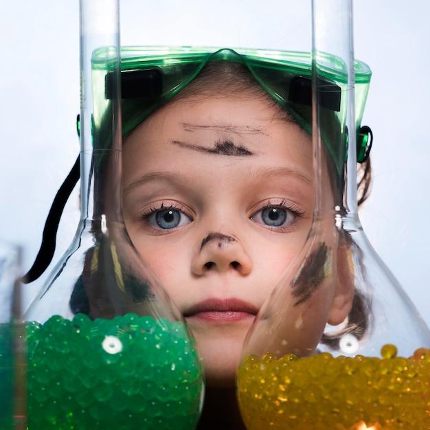 Close-up bambina con tubi Foto Gratuite