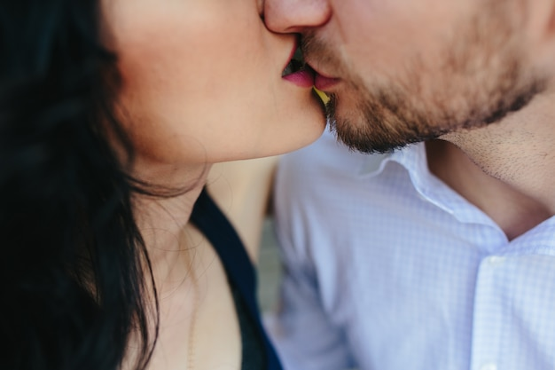 Download photos of kissing lovers