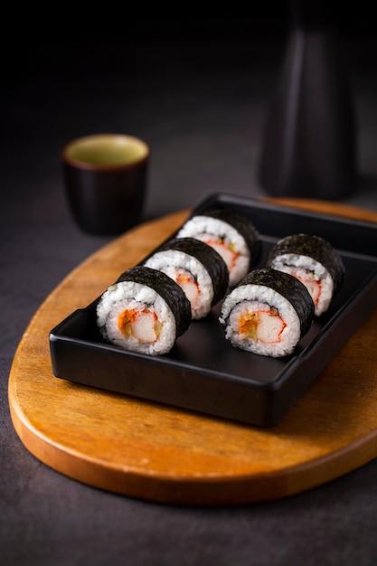 Крупным планом маки суши роллы на черном сланце Бесплатные Фотографии