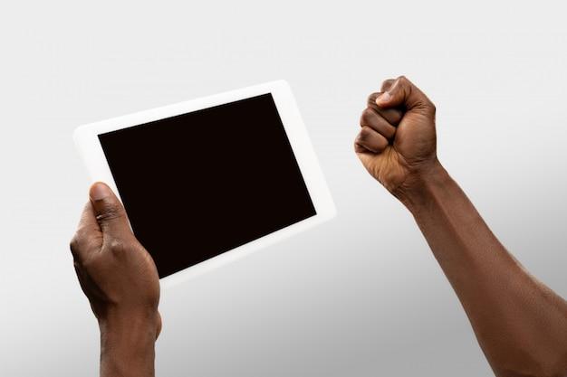 전세계 인기 스포츠 경기 및 선수권 대회의 온라인 시청 중 빈 화면이 태블릿을 들고 남성 손을 닫습니다. 무료 사진