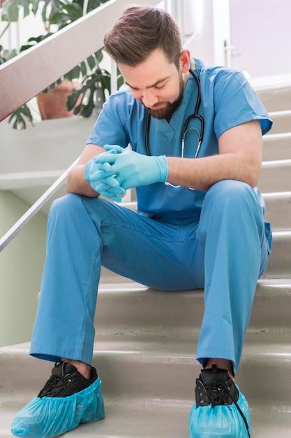 Крупным планом мужской медсестра, принимая перерыв на работе Бесплатные Фотографии