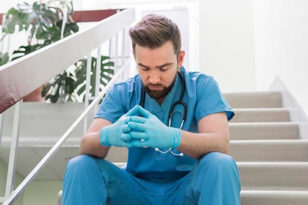仕事で休憩を取ってクローズアップ男性看護師 無料写真