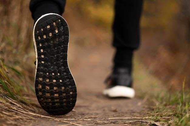 Крупным планом мужские ноги в лесу Бесплатные Фотографии