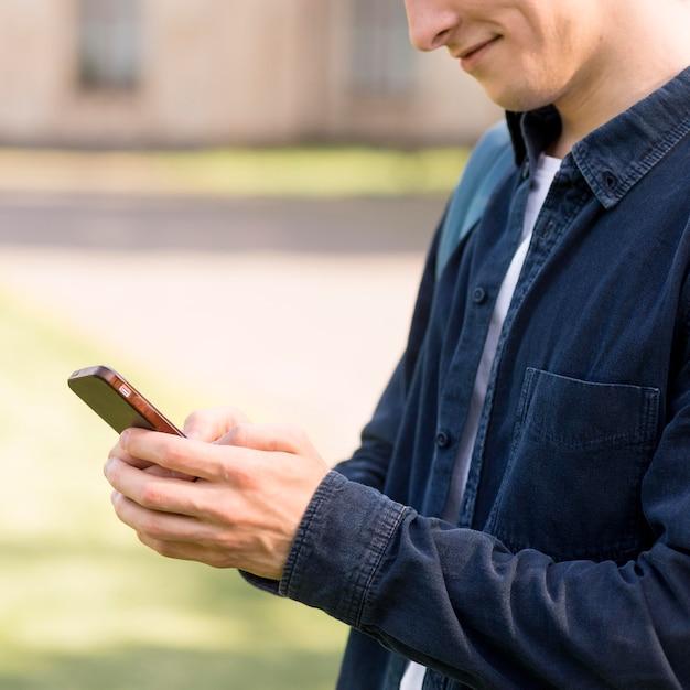 Студентка крупным планом, проверка мобильного телефона Бесплатные Фотографии