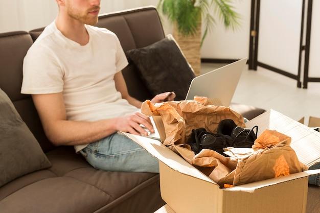 Uomo del primo piano che compra online Foto Gratuite