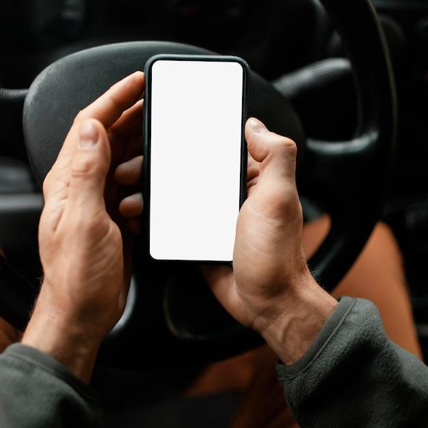 Chiudere l'uomo in macchina con il cellulare Foto Gratuite