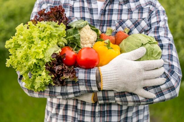 野菜を持ってクローズアップ男 Premium写真