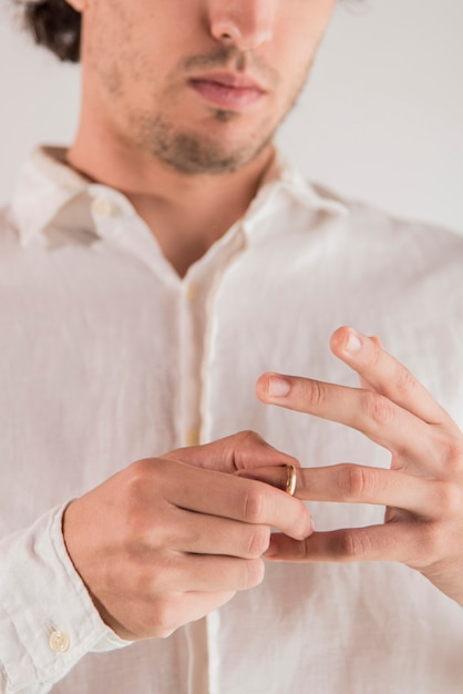 Close-up man pulling out ring Free Photo