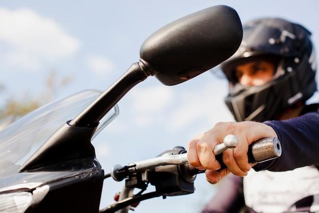 Крупным планом человек ехал на мотоцикле Premium Фотографии