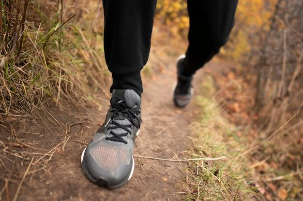 Ноги крупным планом человека в лесу Бесплатные Фотографии