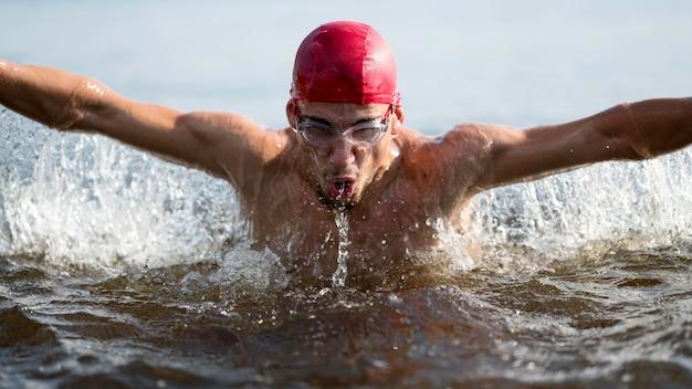 Uomo del primo piano che nuota nel lago Foto Gratuite