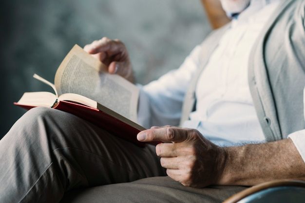 Close-up of man turning the pages of book Free Photo
