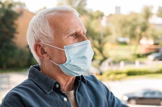 Close-up man wearing mask Premium Photo