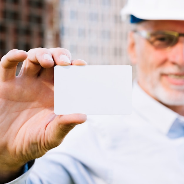 Close-up man with business card mock-up Free Photo