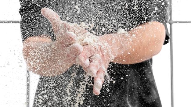 Uomo del primo piano con farina sulle mani Foto Gratuite