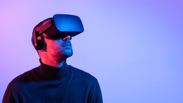 Close-up man with vr glasses and copy-space Free Photo