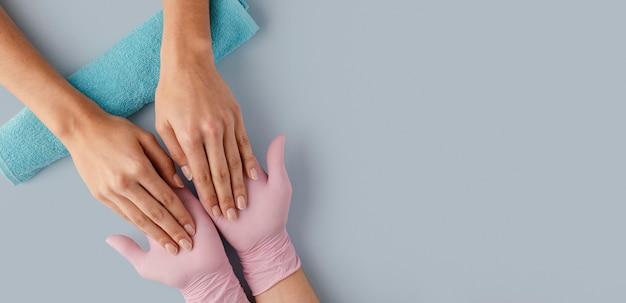 Manicure del primo piano che indossa i guanti Foto Gratuite