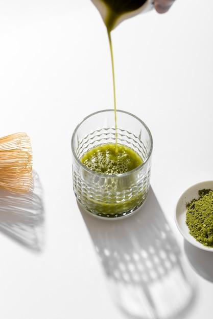 Крупный план чая маття, льющегося в стакан Бесплатные Фотографии