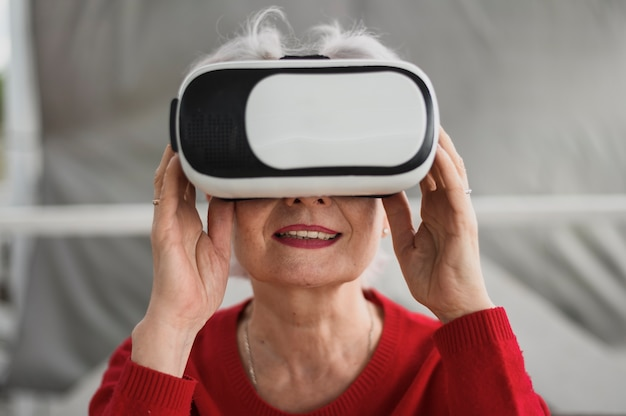 Close-up mature woman with a vr Free Photo