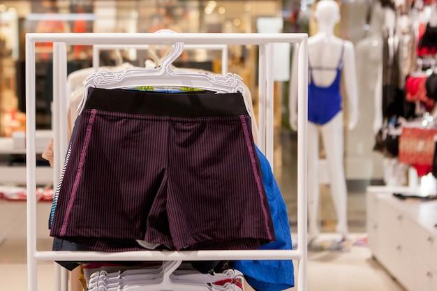 Крупным планом мужские плавки в магазине Premium Фотографии