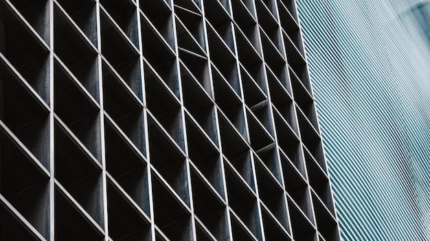 市内の近代的なオフィスビルのクローズアップ 無料写真