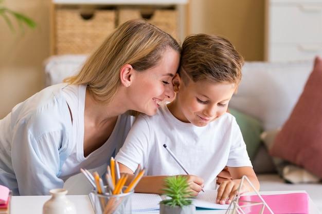 Крупным планом мама шепчет слова в ухо ребенка Бесплатные Фотографии