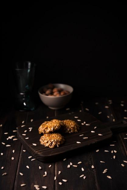 Печенье мюсли крупным планом на деревянной доске Бесплатные Фотографии