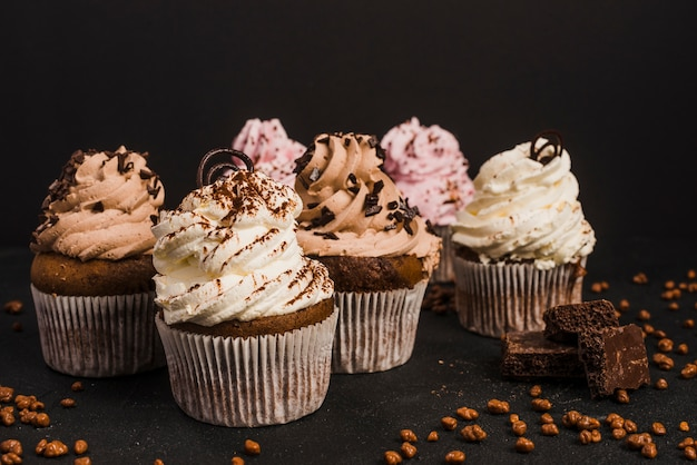 Close-up of muffins with piece of chocolates Free Photo