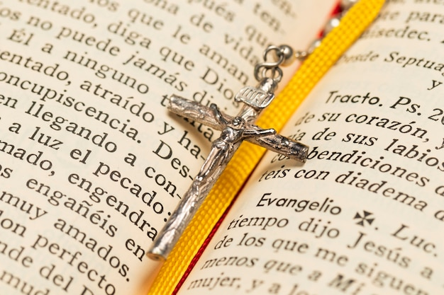 クローズアップネックレスクロスと神聖な本 無料写真