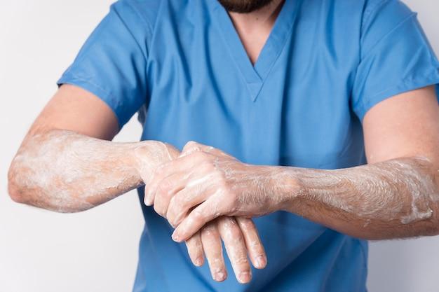 手を消毒するクローズアップの看護師 無料写真