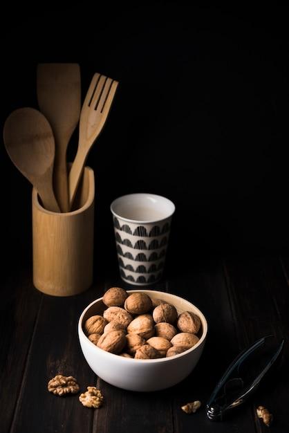 Крупный план орехи в миску на столе Бесплатные Фотографии