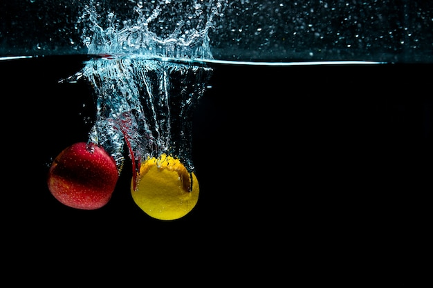 Close-up. object shooting. apple with lemon in water. Free Photo
