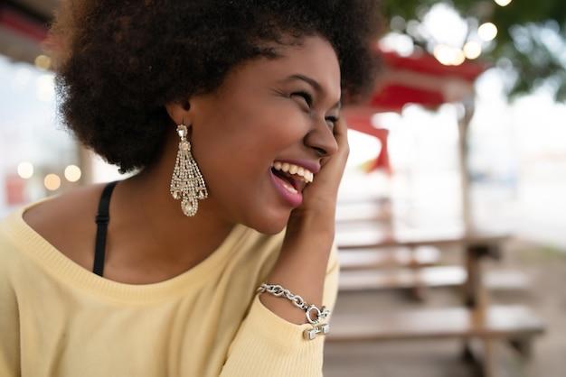 笑顔でコーヒーショップで素敵な時間を過ごしている美しいアフリカ系アメリカ人のラテン女性のクローズアップ。 無料写真