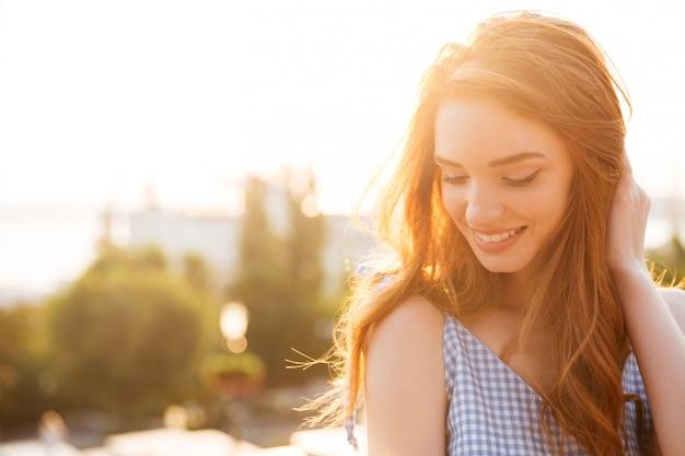 髪で遊んで美しい赤毛の女性のクローズアップ 無料写真