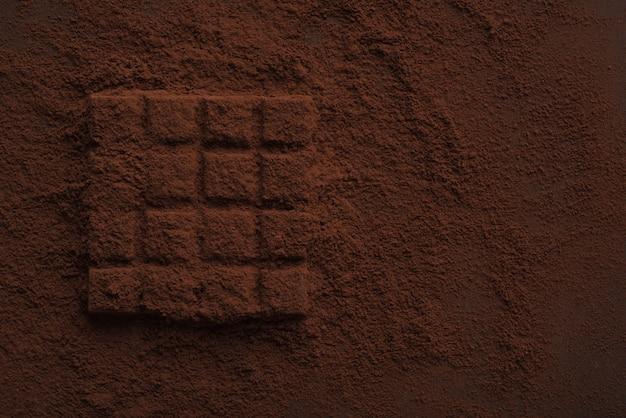 Крупный план темного шоколада покрыты шоколадной пудрой Бесплатные Фотографии