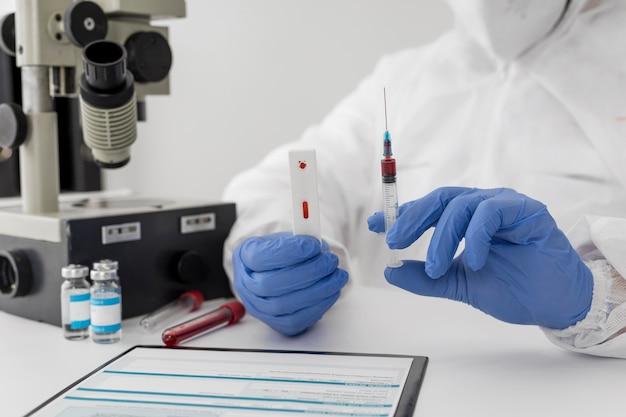 혈액 샘플을 들고 의사의 클로즈업 무료 사진