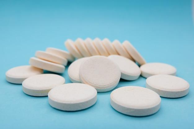 Крупный план шипучей таблетки витамина с витаминно-минеральная добавка для здоровья и против вирусов Premium Фотографии