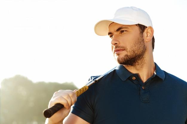 골프 클럽을 들고 잘 생긴 남자 골퍼의 클로즈업 무료 사진