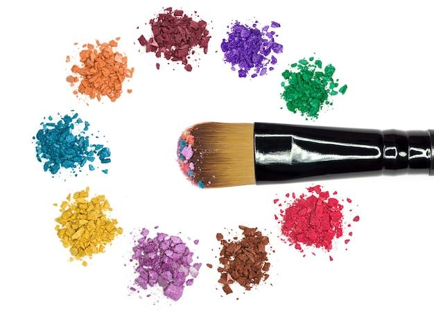 Крупным планом макияж порошок и измельченные тени для век Premium Фотографии