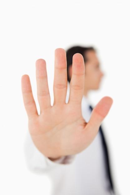 彼の手のひらを示す男のクローズアップ Premium写真