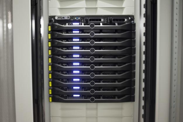 Крупный план ряда серверов Premium Фотографии