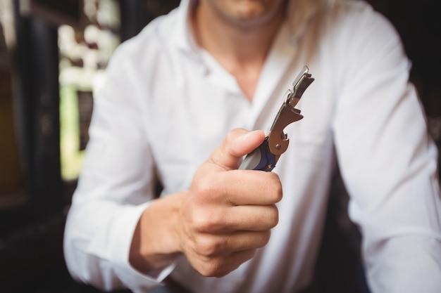 Крупный план бармена открывалка для бутылок Бесплатные Фотографии