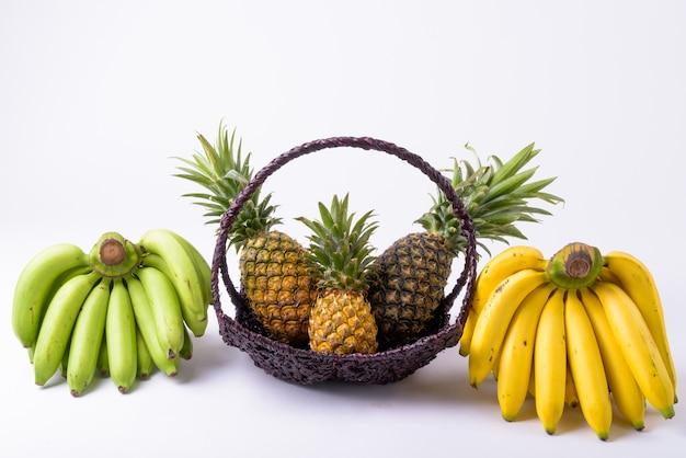 側面にパイナップルとバナナのバスケットのクローズアップ Premium写真