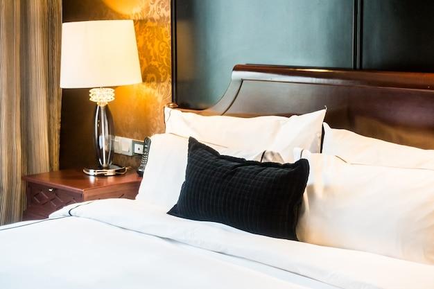Крупным планом кровати с черной подушкой Бесплатные Фотографии
