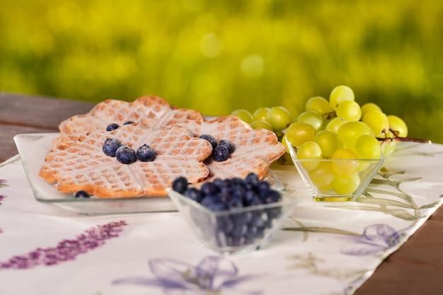 Крупным планом бельгийские вафли с фруктами на открытом воздухе Бесплатные Фотографии